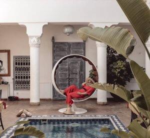 Moi au bord d'une piscine à Marrakech