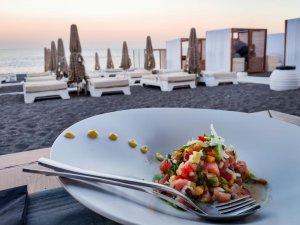 Plat dans un restaurant avec vue sur la plage