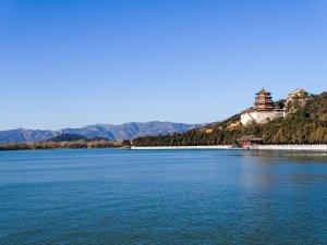 Temple au bord d'un lac en Chine
